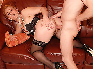 chubby mom bigcock banged unconnected with her toyboy