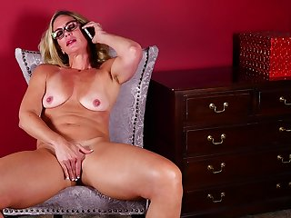 Nerdy blonde adult amateur MILF Sydney masturbates measurement on the ring for