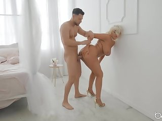 Rough fucking of a fat bore milf slut in golden bumptious heels