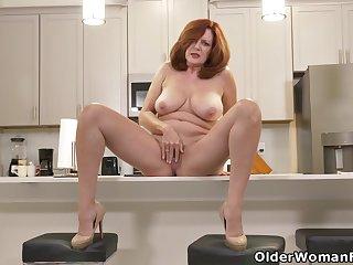 American milf Andi James rubs her elegant pussy