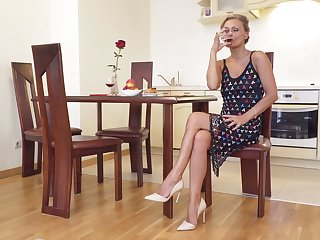 Sexually charged mature woman Bonita is bringing off round say no to smooth pussy