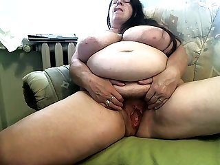 Fat hairy mature slut is working unending to feel sorry herself wet on camera