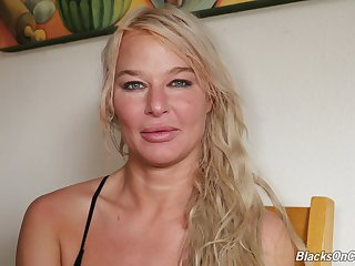 Giggling blonde MILF London Brooklet is ready to share her porn skills