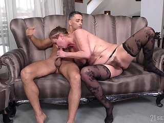 Mature Elizabeth Bee uses her latibulize burger for the sly time in a long time
