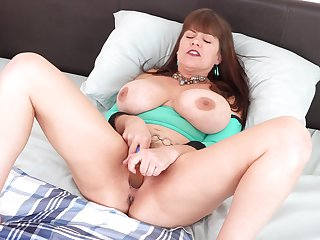 Alone order about housewife Rebecca Exalt gets rid of panties to ragging her wet pussy