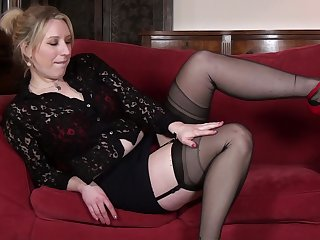 Handsome mature Mel Harper moans while playing encircling her pussy